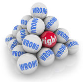 Scelta giusta palla tra alternative sbagliate scegliere la migliore opzione — Foto Stock