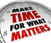 Prendre le temps pour ce qui est important mots sur horloge — Photo
