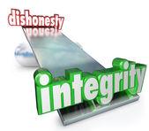 Integrity Vs Dishonesty Words Scale Balance Opposites — Stock Photo