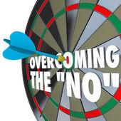Att övervinna ingen dart prick darttavla övertala avtalet — Stockfoto
