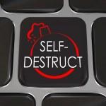 toets op het toetsenbord zelfvernietiging computer geven stoppen — Stockfoto