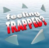 Barbatanas de tubarão de sentimento preso palavras oceano circulando — Foto Stock