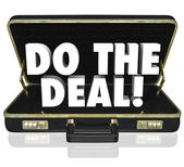 Do the Deal Briefcase Words Close Sale — 图库照片