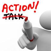 Acción vs charla hombre escribir palabras tachando mejor acti estrategia — Foto de Stock