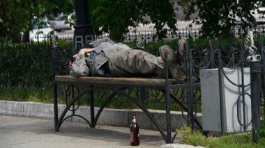 Man sleeping on a bench — Wideo stockowe