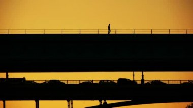 человек на мосту — Стоковое видео