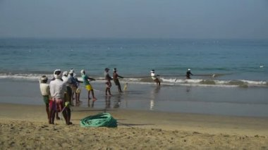Fishermen pulling a fishing net — Stock Video
