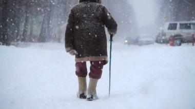 Elderly man walks at winter street — Stock Video