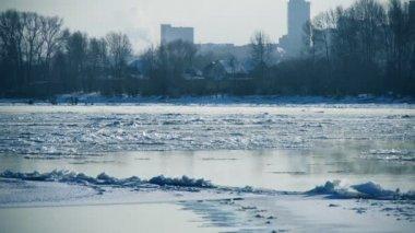 Drijvende van ijs op een rivier — Stockvideo