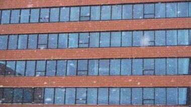 Queda de neve contra um prédio de escritórios — Vídeo Stock