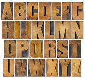 Alfabeto antiguo situado en el tipo de madera — Foto de Stock