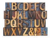 Alphabet dans les types de bois antique — Photo