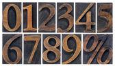 Numéros isolés dans les types de bois — Photo