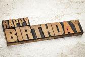 Feliz cumpleaños en el tipo de madera — Foto de Stock