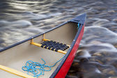 Red canoe stern with a rope — Foto Stock