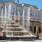 fuentes de la gran cascada en el jardín del Palacio de peterhof, San Petersburgo — Foto de Stock