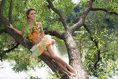 Chica en un árbol — Foto de Stock