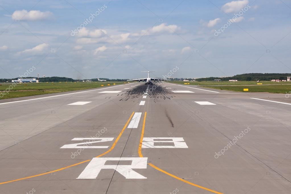 与飞机离开跑道的视图