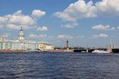 санкт-петербург, вид стрелки васильевского острова и на фондовой бирже — Стоковое фото