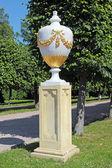 The pot on the alley of the lower park of Peterhof Palace garden — Stock Photo