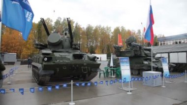 Air defense cannon-missile complex 9K22 Tunguska and antiaircraft self-propelled installation ZSU-23-4 — Stock Video