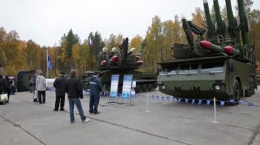 Air defense cannon-missile complex at the exhibition RUSSIA ARMS EXPO — Stock Video