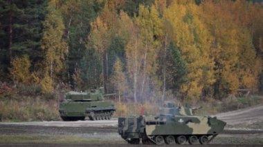 Self-propelled amphibious gun mount with antitank gun fires at the landfill — Stock Video