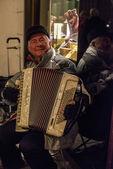 Velho tocando acordeão — Fotografia Stock
