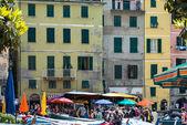 游客在 vernazza、 渔村、 意大利 — 图库照片