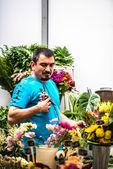 Fiorista composizione floreale bella e ricca di finitura — Foto Stock