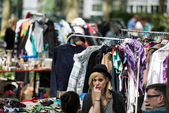 Fashionistas having fun at the flea market — Stock Photo