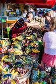 Зеленщик в старый рыбный рынок гавани в Гамбурге, Германия — Стоковое фото