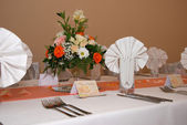 Wedding decor table setting and flowers — Stock Photo