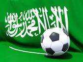 Drapeau de l'Arabie saoudite de football en face d'elle — Photo
