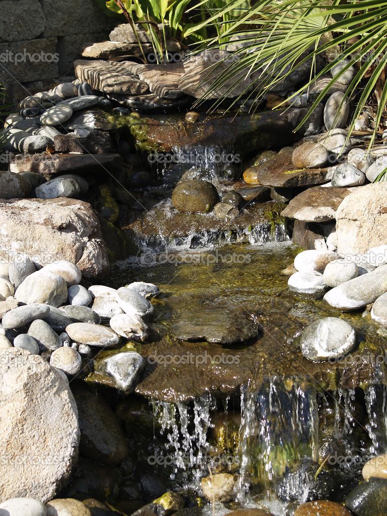 Roca artificial cascada fuente estanque exterior musgo for Peces para fuente exterior
