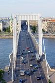 Budapest-verkehr auf der elisabethbrücke — Stockfoto