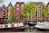 Houseboats and Houses on Brouwersgracht Canal in Amsterdam — Stock Photo