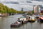Nieuwevaart kanal üzerinden amsterdam cityscape — Stok fotoğraf