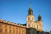 Church of the Holy Cross and Tenement Houses in Warsaw — Stock Photo