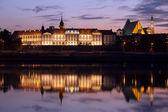 Royal castle e vistula fiume al crepuscolo a varsavia — Foto Stock