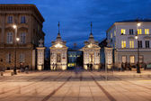 Gate to the University of Warsaw at Night — Stock Photo
