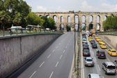 Ataturk Boulevard and Valens Aquedut in Istanbul — Foto de Stock