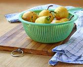 Pêras amarelas sobre uma mesa — Foto Stock