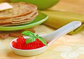 Frittella con caviale rosso — Foto Stock