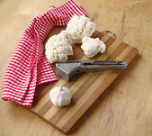 Cauliflower and garlic on board — Stock Photo