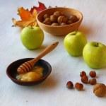 Herbst Stilleben mit Honig, Äpfeln und Nüssen — Stockfoto