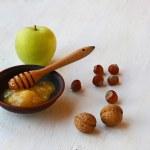Herbst Stilleben mit Honig, grünem Apfel und Nüssen — Stockfoto