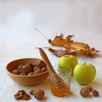 Herbst Stilleben mit Honig, Grüne Äpfel und Nüsse auf die alte Tabelle — Stockfoto