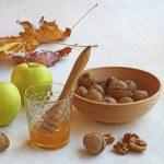 Herbst Stilleben mit Honig, Äpfel und Nüsse auf die alte Tabelle — Stockfoto