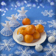 Plate with mandarin oranges and Christmas decor — Stock Photo